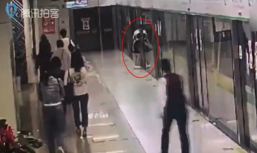 地铁站女子徒手掰开屏蔽门强行上车
