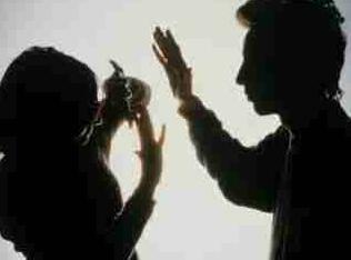 男女离婚后仍保持同居 因琐事施家暴致人损伤