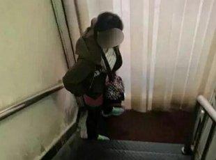 女子药房内脱裤小便 百米外就有免费公厕