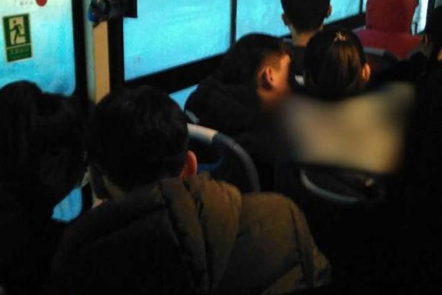 调兵山年轻男女公交车上举止亲密
