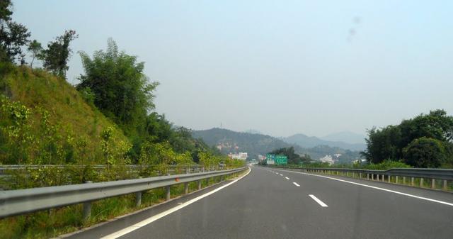 到底哪条车道开车更快 选不对只能自认倒霉