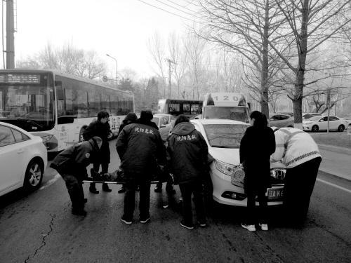 古稀老人撞车倒地 小区保安接下来的行动太暖心了
