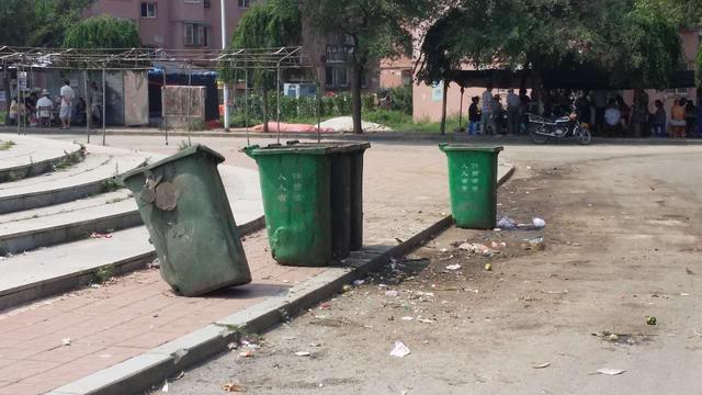 垃圾遍地气味熏天 抚顺一居民区小广场竟这般景象