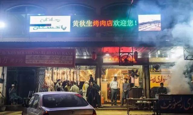 到这个国家旅游 你说你是中国人 当地人抢着跟你合影吃饭