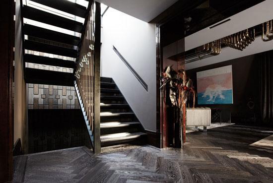 深色条纹木地板搭配木质楼梯