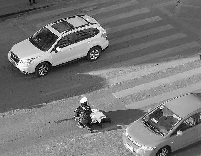 行人走斑马线过马路被疾驰轿车撞倒 该路段事故频发