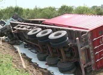 大货车侧翻路边玉米地 消防员解救车内被困人