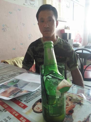 """""""杨先生回忆道,亲戚想喝常温的啤酒,他就在酒箱内拎了两瓶放在桌子上.图片"""