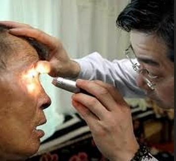 丹东一老人眼部疼痛难忍 乱用眼药水导致病情加重
