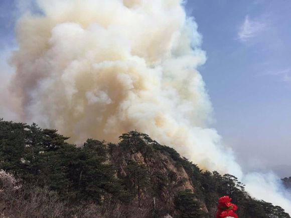 鞍山千山景区五佛顶发生山火 过火面积近10亩