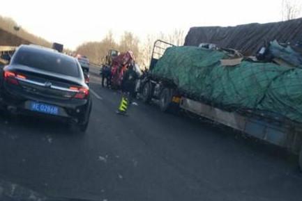 京沈高速两车追尾 车头被撞扁 司机腿被撞骨折