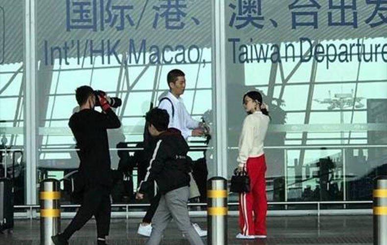 太尴尬了!李小璐那些机场母女温馨照竟都是摆拍