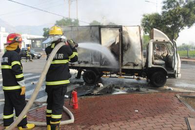货车突然自燃消防赶到扑救