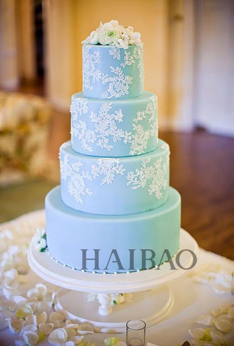 婚礼蛋糕 经典主题婚礼蛋糕 之所以称之为经典,是因为永远不会觉得落伍、没新意,很多人都喜欢经典款式的,婚纱、戒指等都有很多经典款。这些经典款的婚礼蛋糕依旧浪漫。中规中矩的形状和朴素的颜色是传统而简约婚礼的最佳选择。象征着新人们洁白无暇的爱情。  婚礼蛋糕  婚礼蛋糕  婚礼蛋糕