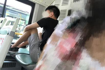 """辽阳小伙坐车""""占便宜"""" 花一份钱占俩座!"""