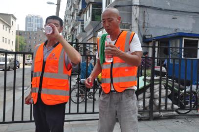 酷暑送清凉 沈阳肤康皮肤病医院为环卫工人送千瓶矿泉水