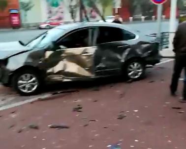 """为躲路上其它车辆 鞍山一轿车撞""""稀碎"""""""