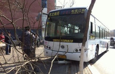沈新路洪湖二街公交车站附近,一辆111路公交车突然转向冲上了人