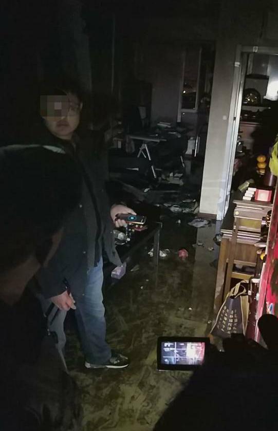 27楼住户深夜起火 多名邻居逐层敲门疏散百余人