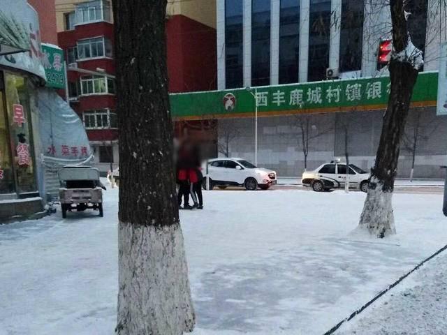 西丰男女大街上举止亲密 正值放学时间都穿着校服