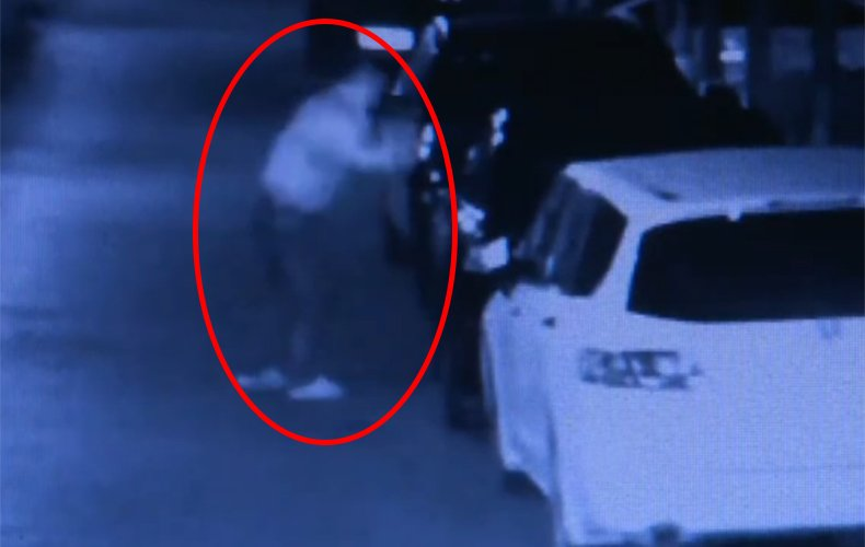 监拍20岁小伙酒后负气 挥刀砍5车砸玻璃