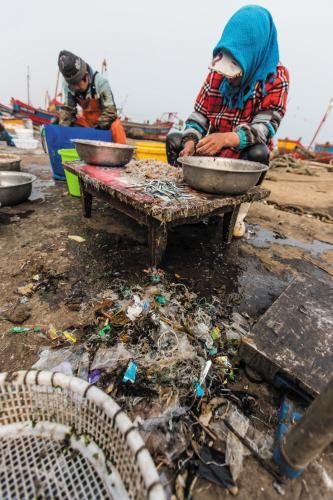 触目惊心!渔民打捞海货 半框竟是垃圾