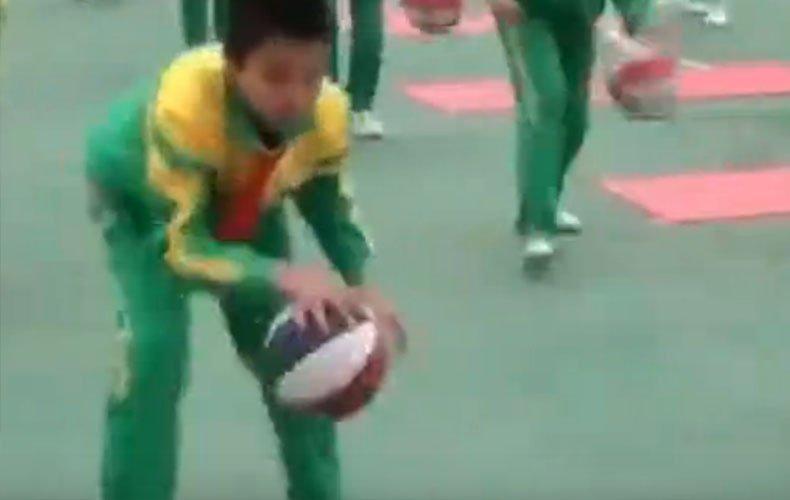 """实拍大连某小学逆天""""篮球操"""" 球技震惊网友"""