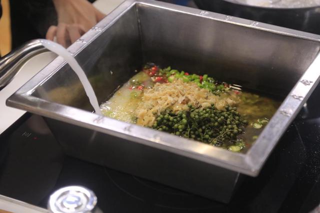 吃不到火锅底料主持人竟生吃辣椒……
