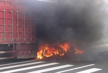 抚顺大货车窜出火苗烧到油箱 俩狱警没犹豫冲了上去