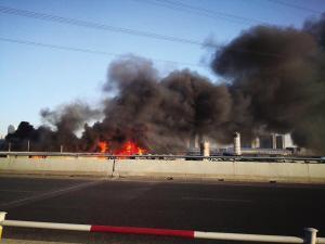 大连湾附近一大院内浓烟升起 消防员紧急扑救