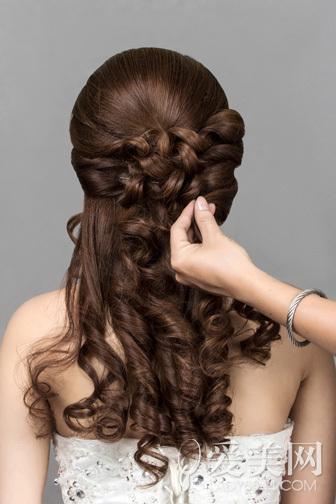 新娘发型详细步骤 花朵点缀更浪漫