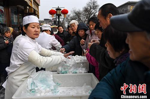 2017年2月7日,不少北京市民在一家传统北京小吃店购买该店手工制作的传统清真元宵。<a target='_blank' href='http://www.chinanews.com/'><p  align=