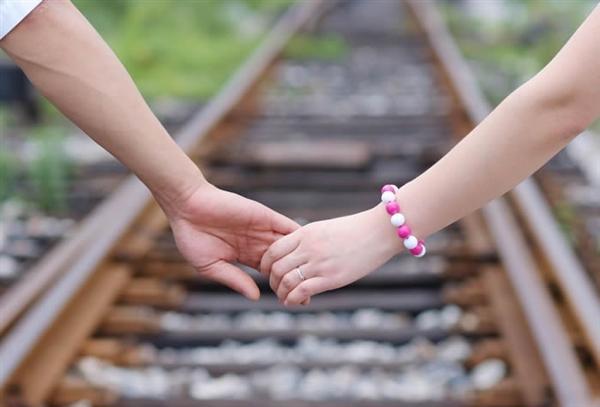 男女牵手囹�a_奇葩校规:男女生牵手算违纪 还得捐款