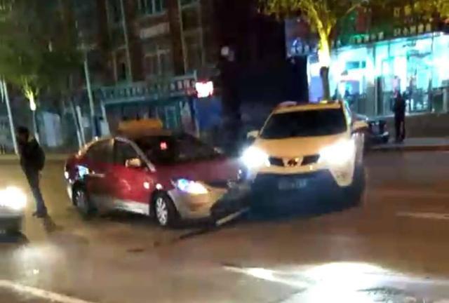 本溪平山西路一SUV双黄线掉头 撞上出租车