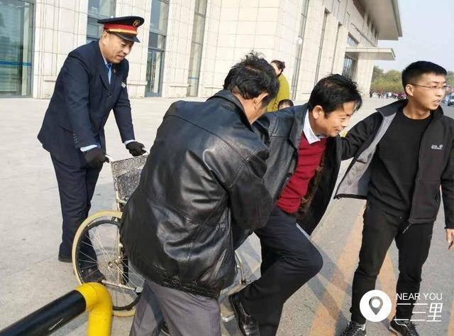 开原男子患血栓行动不便 西站客运员推轮椅护送出站