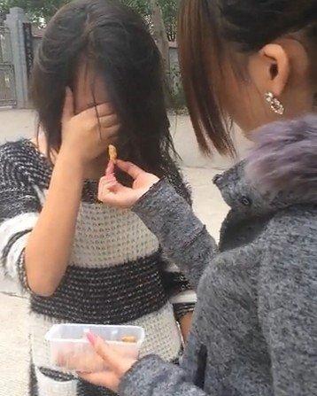 高中女生被多名女孩扒衣殴打
