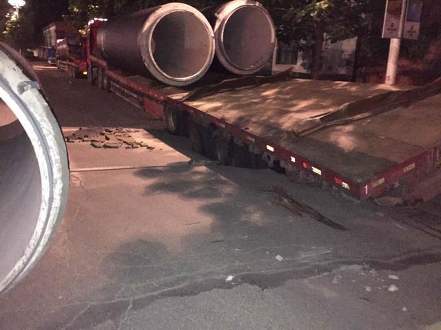 清河一货车卡进地面开不走 路面突然塌陷