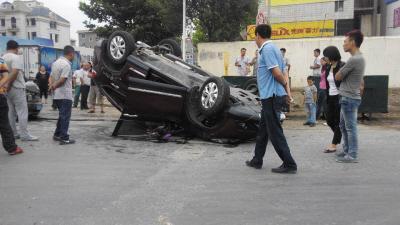 两车相撞本田翻车 围观男子称女司机 活该