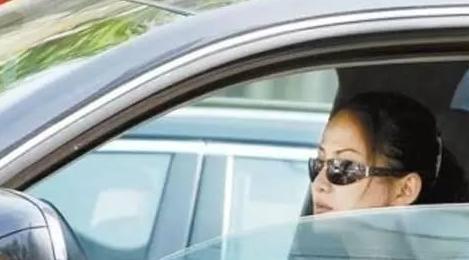 开车时开一侧窗户 不仅省油钱还能降燥音