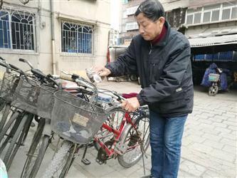 """鞍山七旬翁自费买6辆""""共享单车"""" 十多年没丢过"""