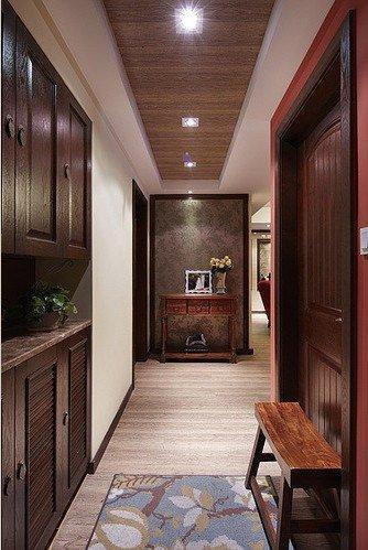 二、墙壁的间格 墙壁间格应下实上虚:面对大门的玄关,下半部宜以砖墙或木板作为根基,扎实稳重,而上半部则可用玻璃来装饰,以通透不漏最理想。  玄关若不是以墙来作间格,用低柜来代替也行,其上选择玻璃或通透的木架来装饰。低柜可用作鞋柜或杂物柜,上面则可镶磨砂玻璃,这样既美观实用,同时也符合下实上虚之道。
