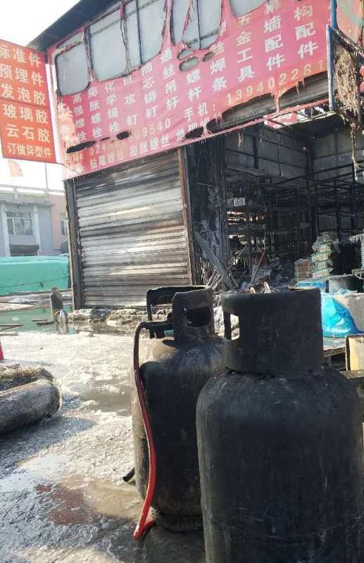西瓦窑钢材市场着火多家被烧 损失上百万