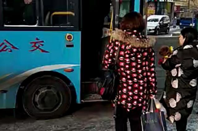 调兵山公交车任意停靠人行路 公交站点成摆设