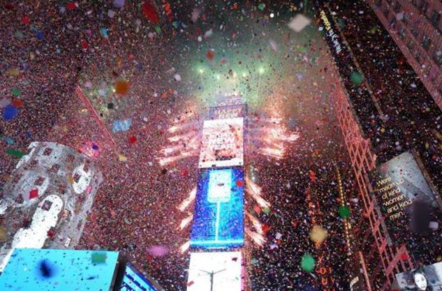 防弹少年团首登纽约跨年演唱会 小甜甜上演高空荡秋千