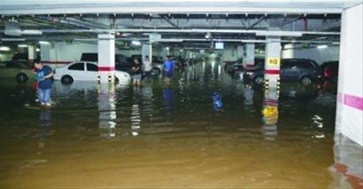 大连高档小区涌进7000吨雨水 300辆车被淹受