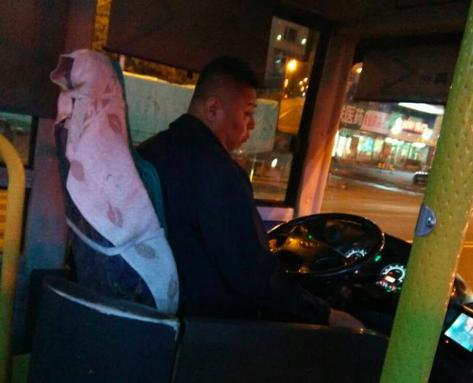 抚顺公交司机暖心停站 让10多名乘客回家