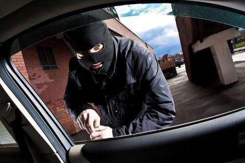 男子砸车盗窃后打车逃跑 作案10起后落网
