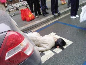 一女子徒步穿越到元宝山 即将到达终点时晕倒