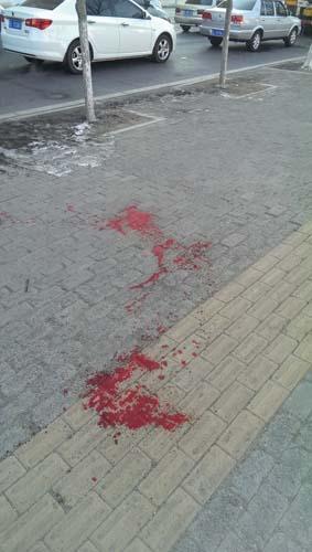 出租车司机深夜被多人劫杀 求生血迹长达百米