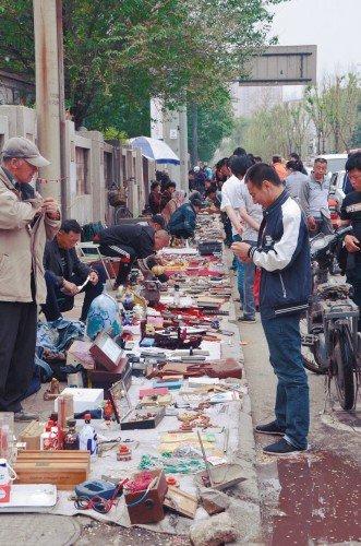 商贩占 非机动车道 摆摊 百米长 人行道 变成 大 卖 高清图片